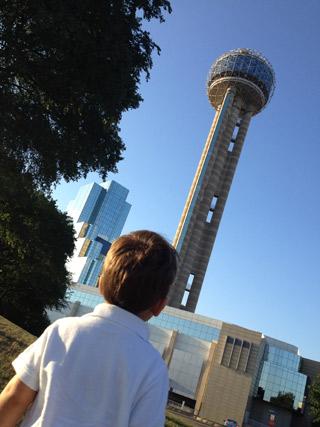 Chegando na Reunion Tower, em Dallas, Texas