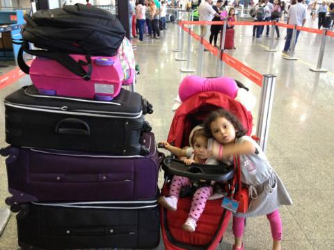 Aeroporto Internacional do RJ. Nossas filhas e  tralhas rumo a Barcelona/Portugal