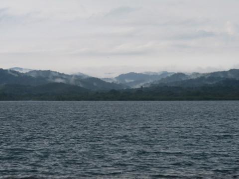 Quando levantamos a chuva tinha parado e a paisagem em San Blás estava assim, com nuvens baixinhas nos morros