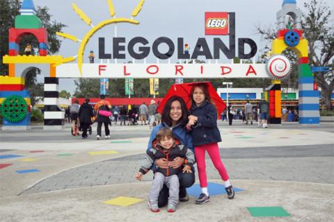 roteiro na Legoland Flórida: Eu, Julia e Eric chegando no parque, com uma chuvinha chata