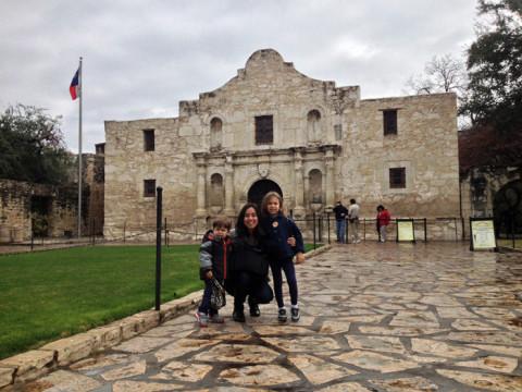 Nós em frente ao Álamo, a atração turística número 1 do Texas