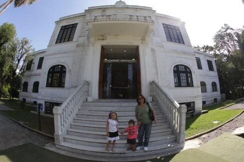 Julia, Eric e a minha mãe chegando ao Museu do Meio Ambiente no Jardim Botânico