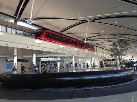O trem e o chafariz do Terminal McNamara, aeroporto de Detroit