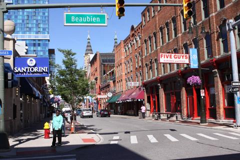 Greektown tem os prédios de tijolinhos e muitos restaurantes - mas nem todos são gregos