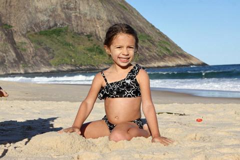 Julia brincando na areia e curtindo o restinho de sol