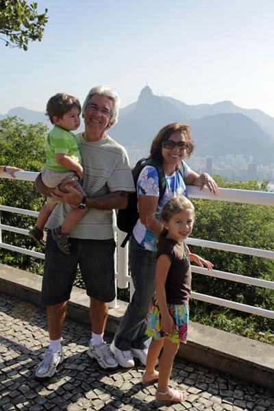 Julia, Eric e os meus pais apreciando a vista do Morro da Urca