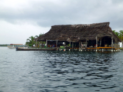 O restaurante e área comum do hotel Sapibenega em San Blás