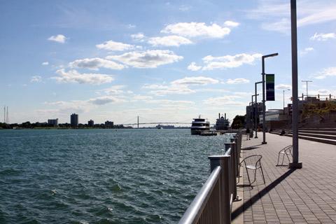 Rio Detroit e o calçadão do riverfront, a ponte ao fundo que liga Canadá e EUA (Ambassador Bridge)