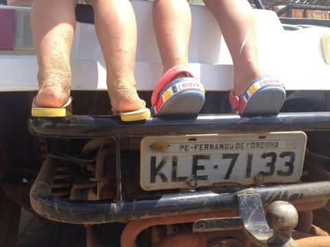 Dá pra ver as picadas de maruíns nas pernas das crianças?