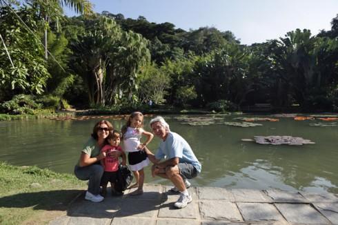 Avós e netinhos posando no Lago das vitórias-régias