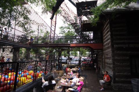 A área ao redor da piscina de bolas tem mesas pra quem quiser comprar comida e bebida no bar e lanchonete que fica ali