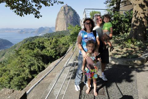Meus pais, Julia e Eric com o Pão de Açúcar ao fundo no Morro da Urca