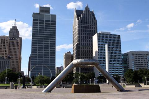 A fonte icônica da Hart Plaza e alguns prédios de downtown Detroit ao fundo