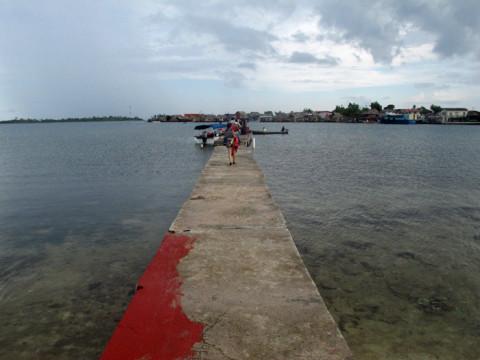 O pier pra pegar o barco do aeroporto de Playón Chico pra Yandup Island (a comunidade Kuna na ilha atrás)