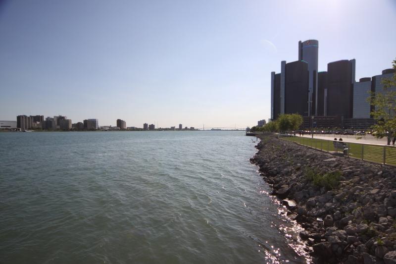 Do lado direito, downtown Detroit, e do lado esquerdo, Windsor, no Canadá
