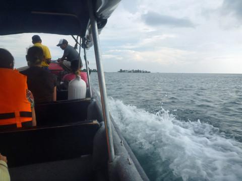 No barco e a ilha Yandup ao longe