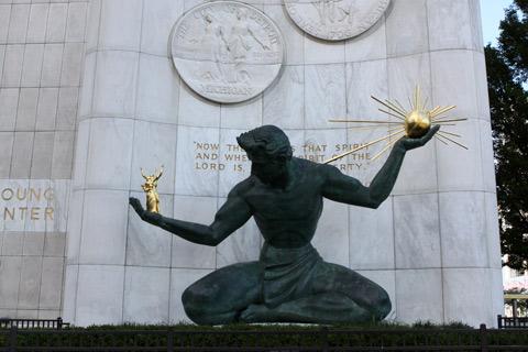 A escultura Spirit of Detroit é uma das mais famosas da cidade
