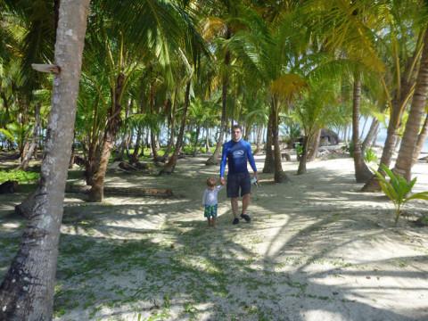 Atravessando a ilha Iguana pro lado dos recifes de coral