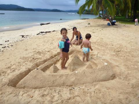 """Dando os toques finais no """"castelo"""" de areia que o Gabe construiu"""