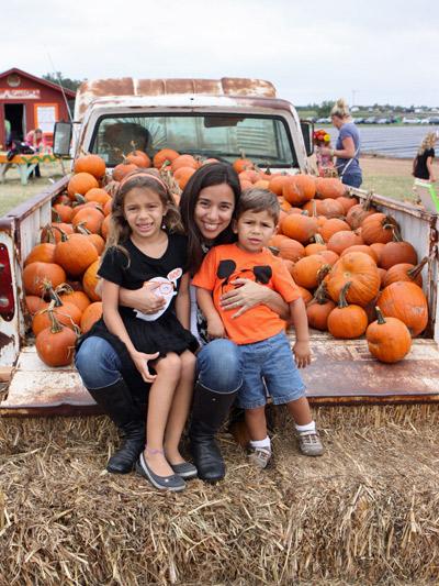 Eu e as crianças no caminhão de abóboras
