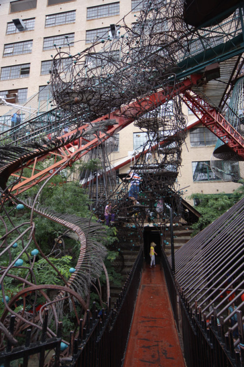Passarelas, escadas e outras esculturas em MonstroCity