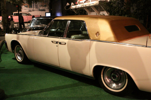 Este Lincoln Continental foi customizado com a capota dourada de couro de jacaré