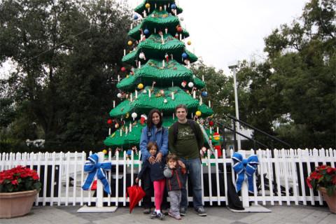Uma super árvore de Natal de Lego logo na entrada