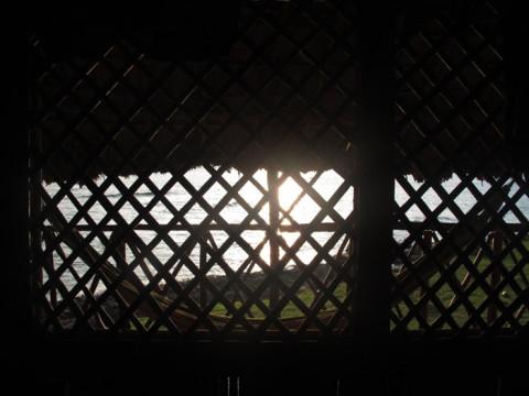 Sol nascendo pela janela da cabana
