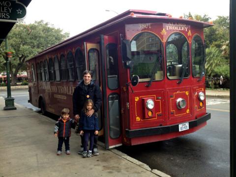 Prontos para passear de trolley pelas atrações de San Antonio