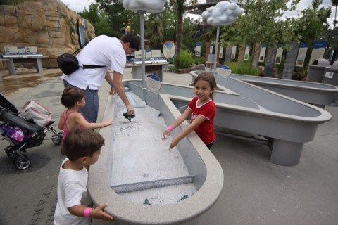 Aprendendo sobre a chuva no Rory Meyers Children's Adventure Garden