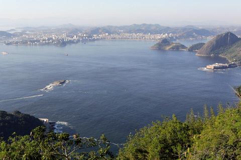 Vista de Niterói (e a Fortaleza de Santa Cruz no canto direito)
