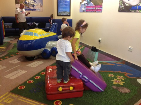 Julia e Eric curtindo o pequeno playground