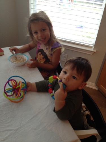 Eric e Julia no café-da-manhã em suas cadeiras Stokke Tripp Trapp