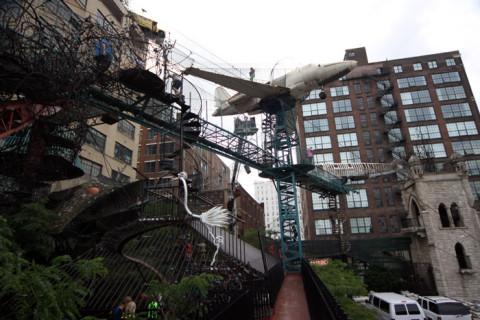 As passarelas levam aos aviões suspensos e a torre