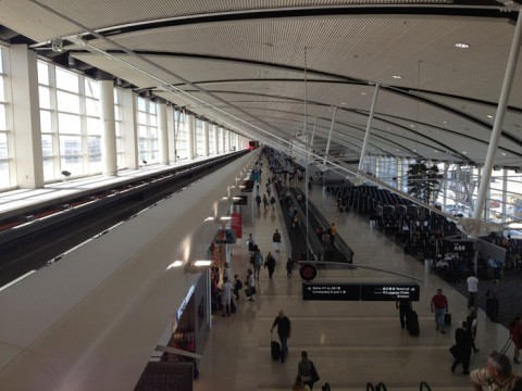 Esperando o trem no aeroporto de Detroit, Terminal McNamara