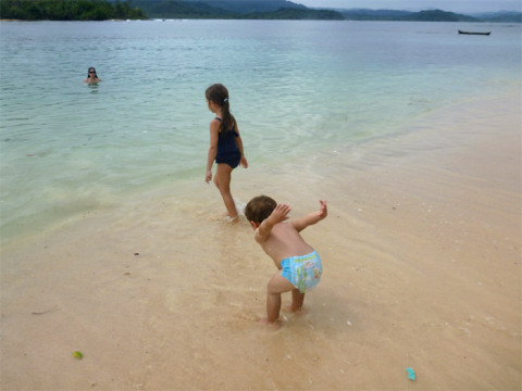 Curtindo a praia na Ilha Arridup mesmo com tempo ruim