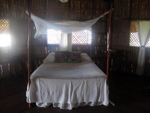 A cama de casal da nossa cabana no Yandup