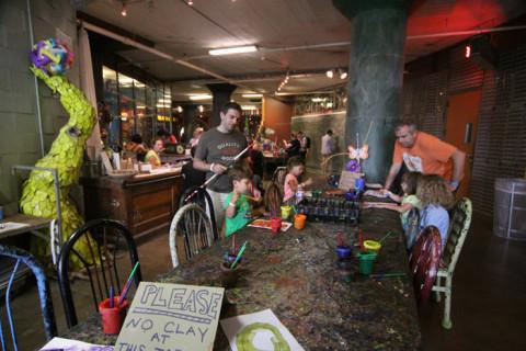 Eric e Julia pintando em Art City