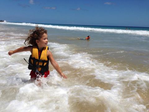 Dois momentos da Bibi curtindo a praia da Cacimba