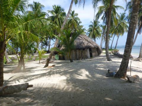 Nessa ilha moram alguns  índios, o que não é muito comum
