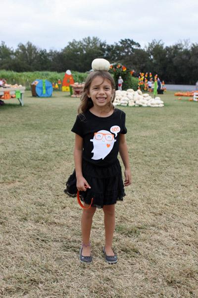 Equilibrando uma abóbora na cabeça, igual a foto quando ela era pequenininha