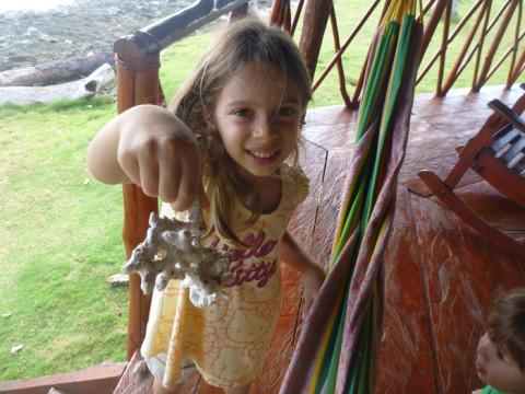 Julia e Eric adoraram as conchas e pedaços de coral na varanda