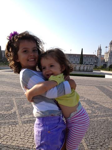 As meninas em frente ao Mosteiro dos Jerónimos em Lisboa