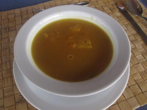 A sopinha do dia, com peixe e legumes