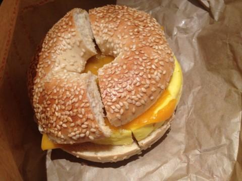 Sanduíche de café-da-manhã do Einstein Bros Bagels, com bagel de gergelim