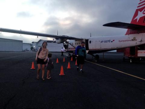 Entramos e saímos do avião, por causa do mau tempo