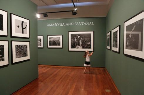 Julia fotografando as fotos que ela mais gostou da exposição :-)