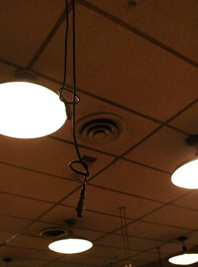 Muitos microfones eram pendurados no teto do Studio A