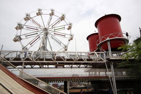 Uma roda gigante no alto de um prédio de 11 andares