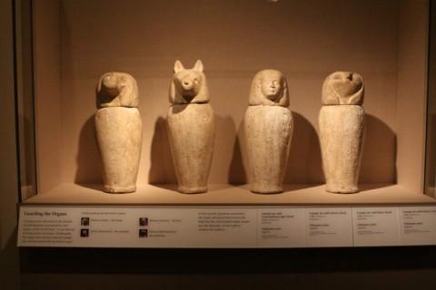 Vasos canópicos, que guardavam os órgãos das múmias no Egito